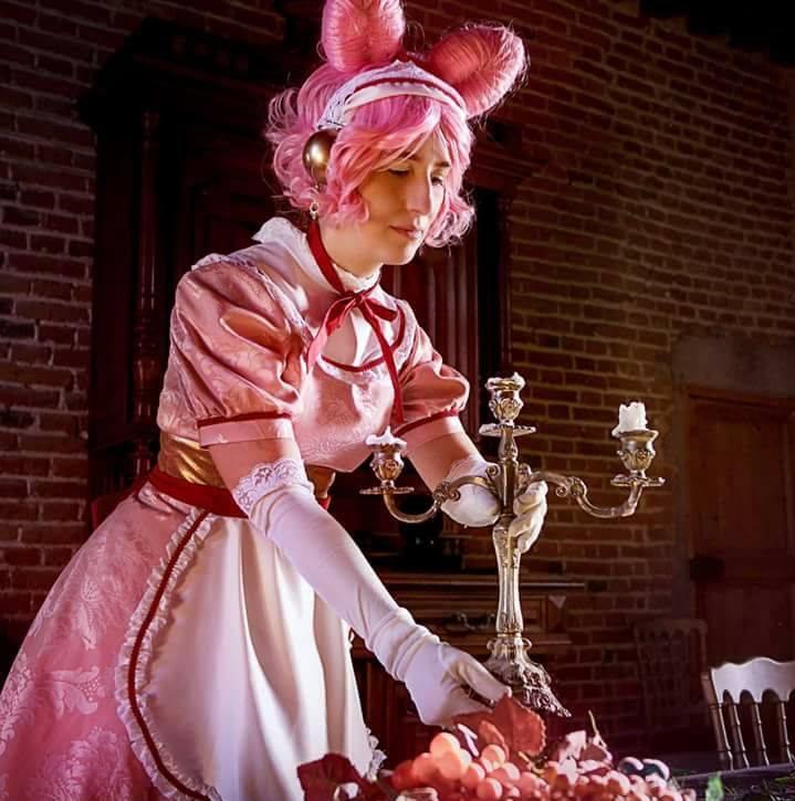 Mariette arrangeant les derniers chandeliers